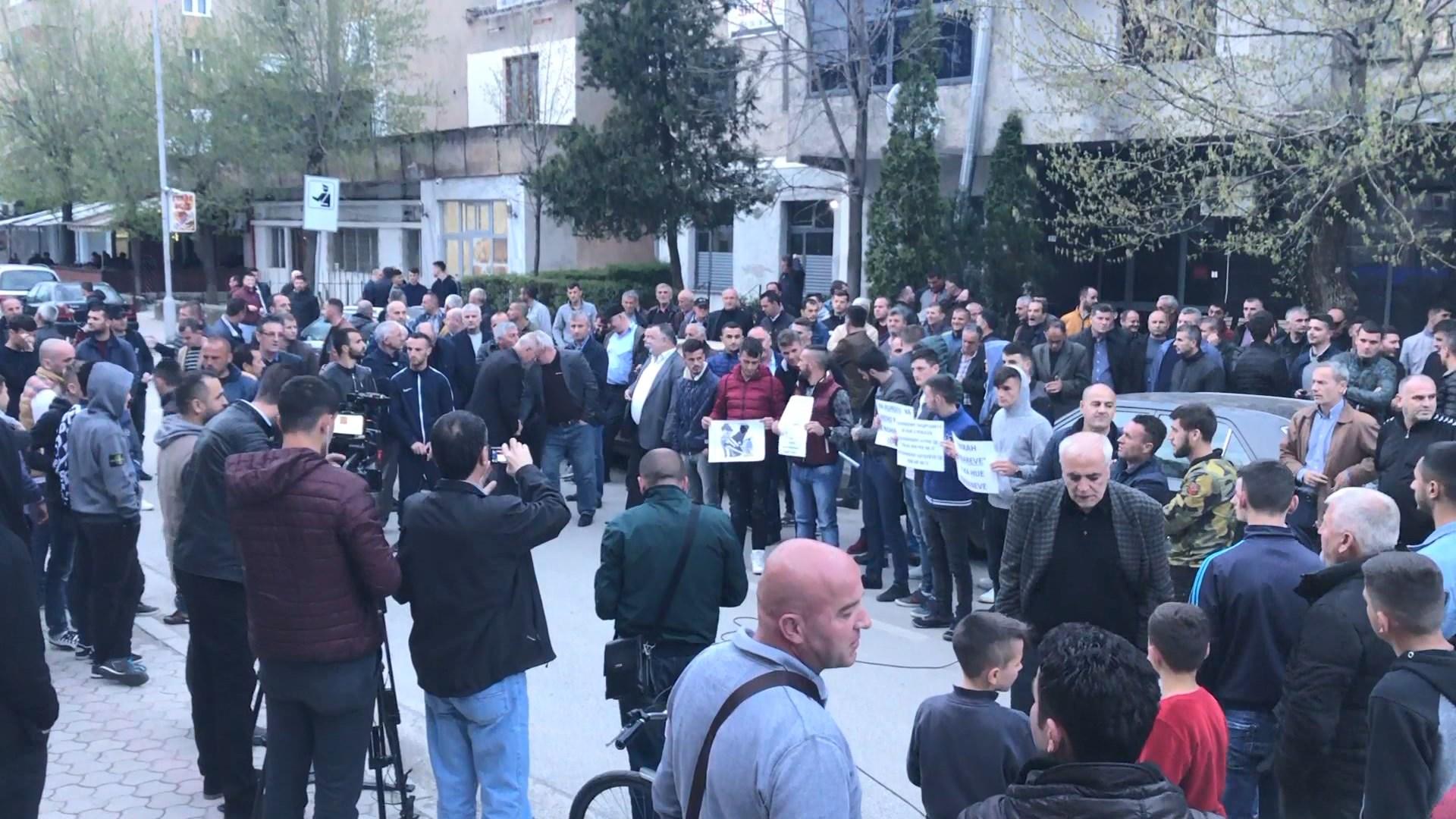 Kuksianët protestë para komisariatit, për lirimin e 11 të ndaluarve
