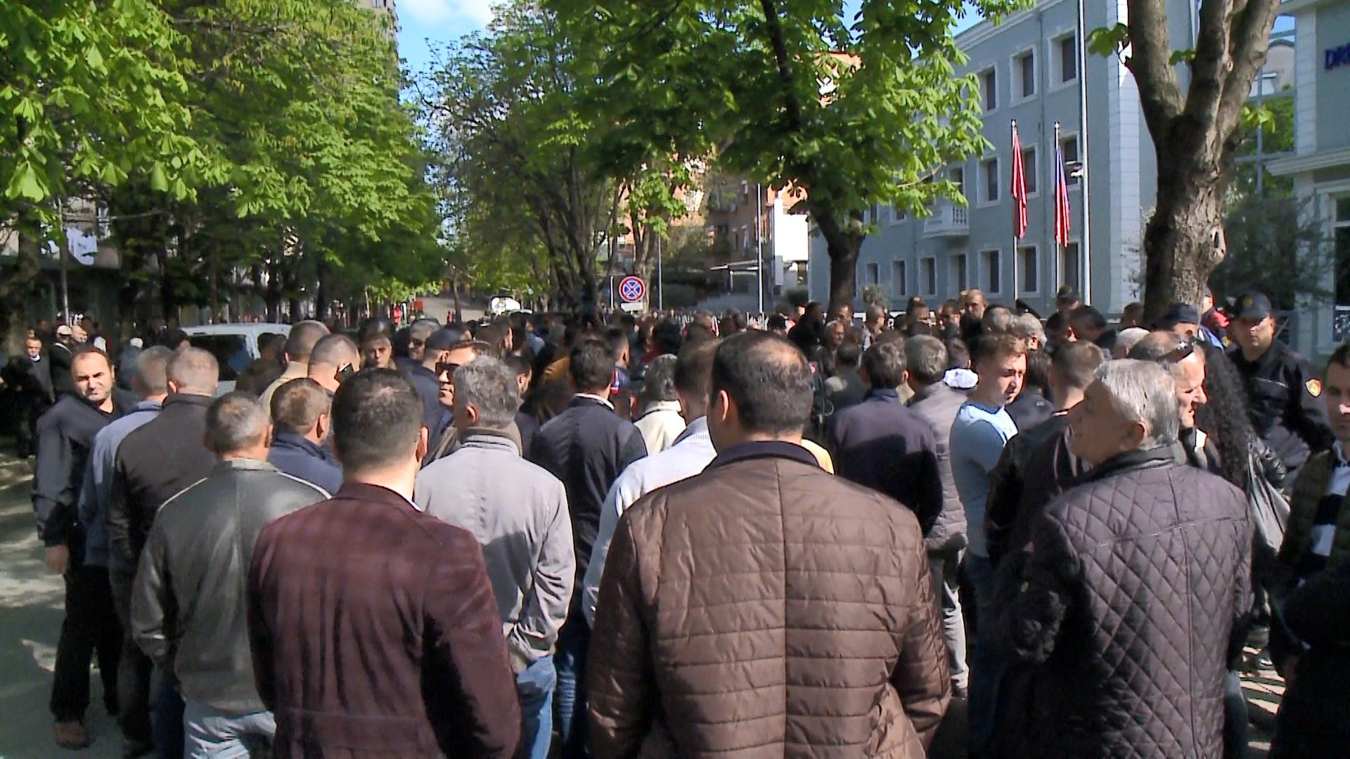 Tarifa e Rrugës së Kombit, protestë para drejtorisë së policisë Tiranë
