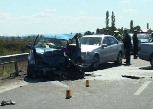 """Tropojë/ """"BMW"""" përplaset me """"Benz"""", një i vdekur dhe dy të plagosur"""