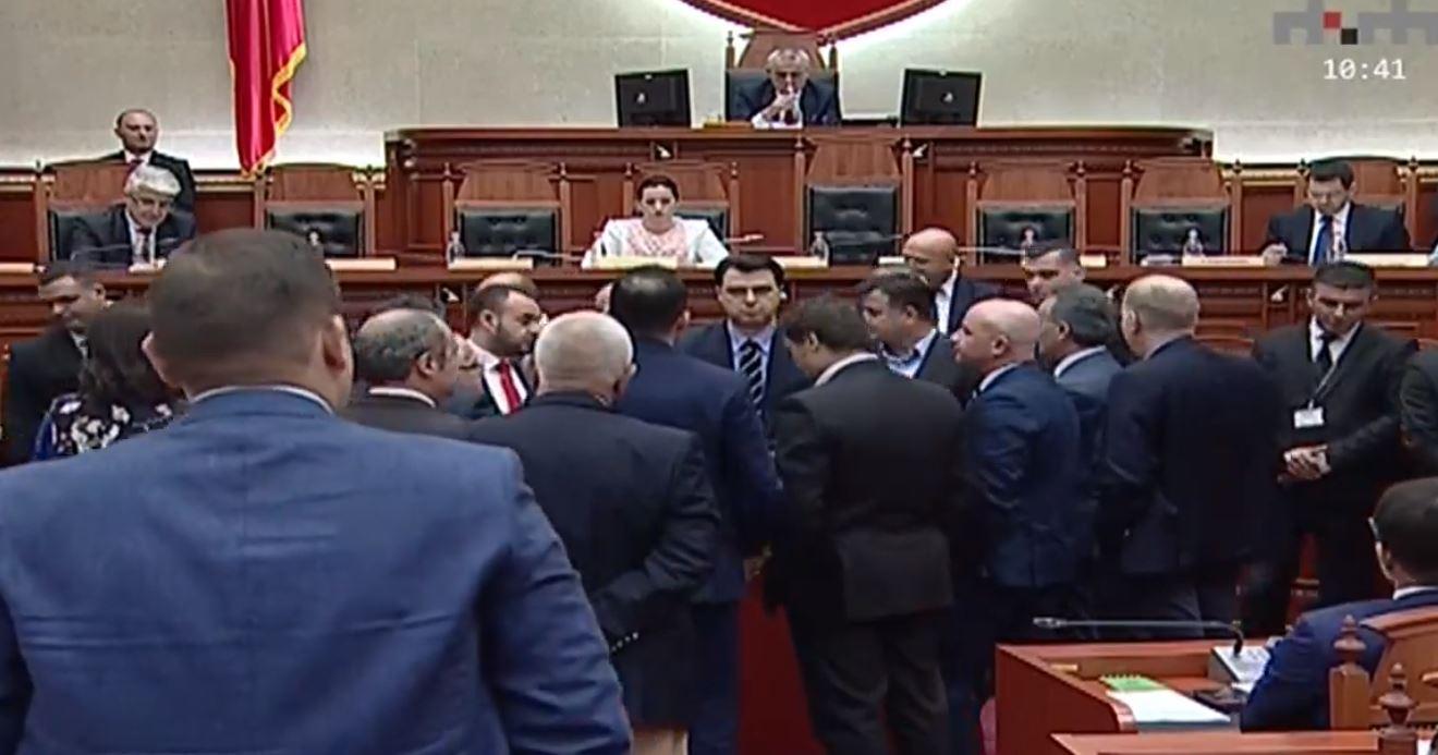 Opozita parrulla dhe thirrje në Kuvend: Liro kuksianët!