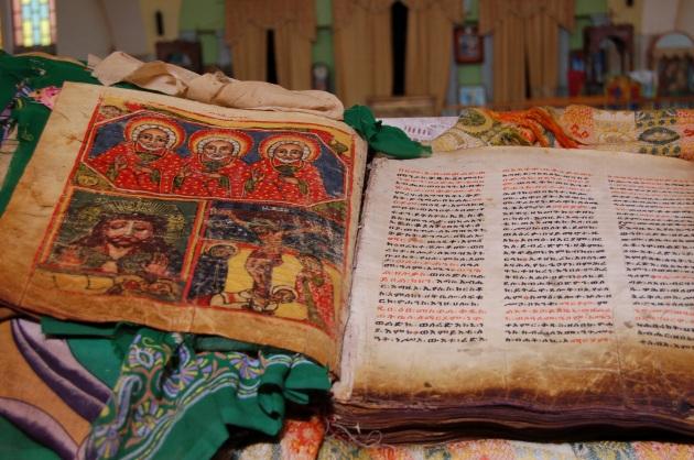 dsc_0156_-_biblia_etope_na_catedral_de_axum.630x360.jpg