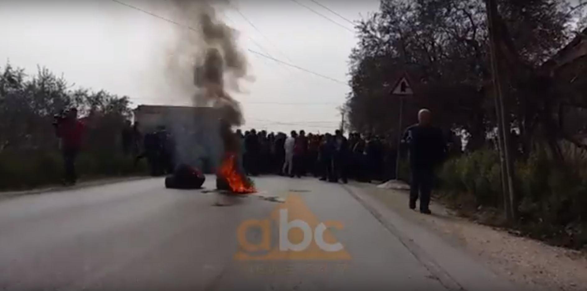 Elbasan/Protestuesit i vënë flakën gomave