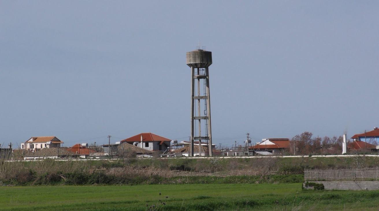Kullat e ujit në Myzeqe, kthehen në rrezik për banorët