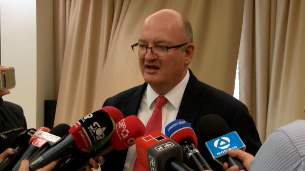 Ambasadori anglez nga Shkodra: 700 shqiptarë të burgosur në Angli