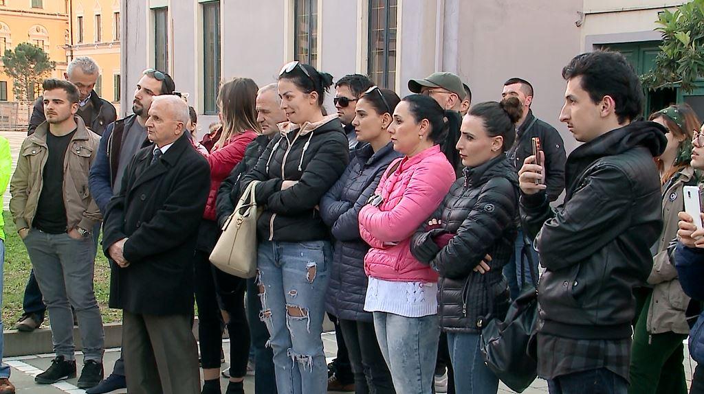 Artistët sërish protestë para Teatrit Kombëtar