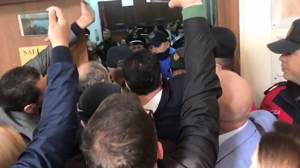 Video/Deputetët përplasen me policinë, lejohen në sallën e gjyqit