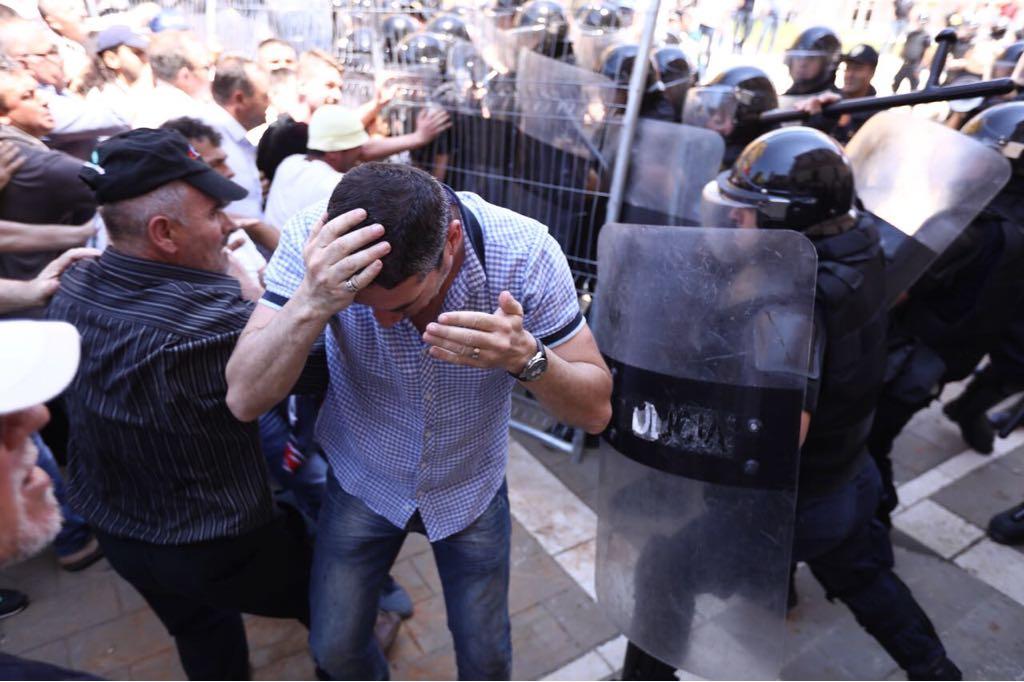 Përplasjet në protestë/ 11 efektivë policie të plagosur dhe Bledi Kasmi i RD-së