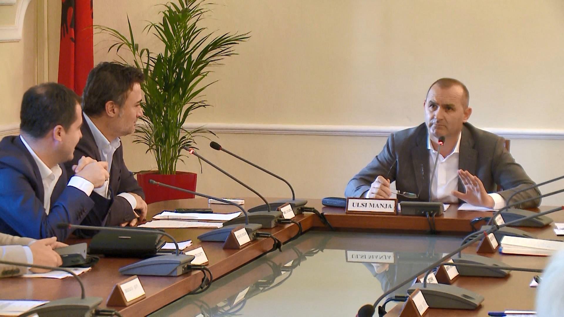 Deputetët e opozitës në komisione parlamentare kërkojnë largimin e Xhafajt