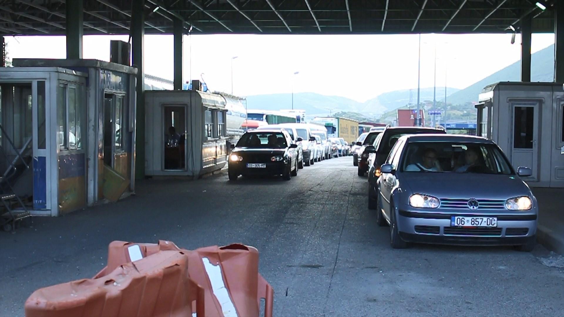 Radhë të çmendura në Morinë të Kukësit, kosovarët drejt Shqipërisë