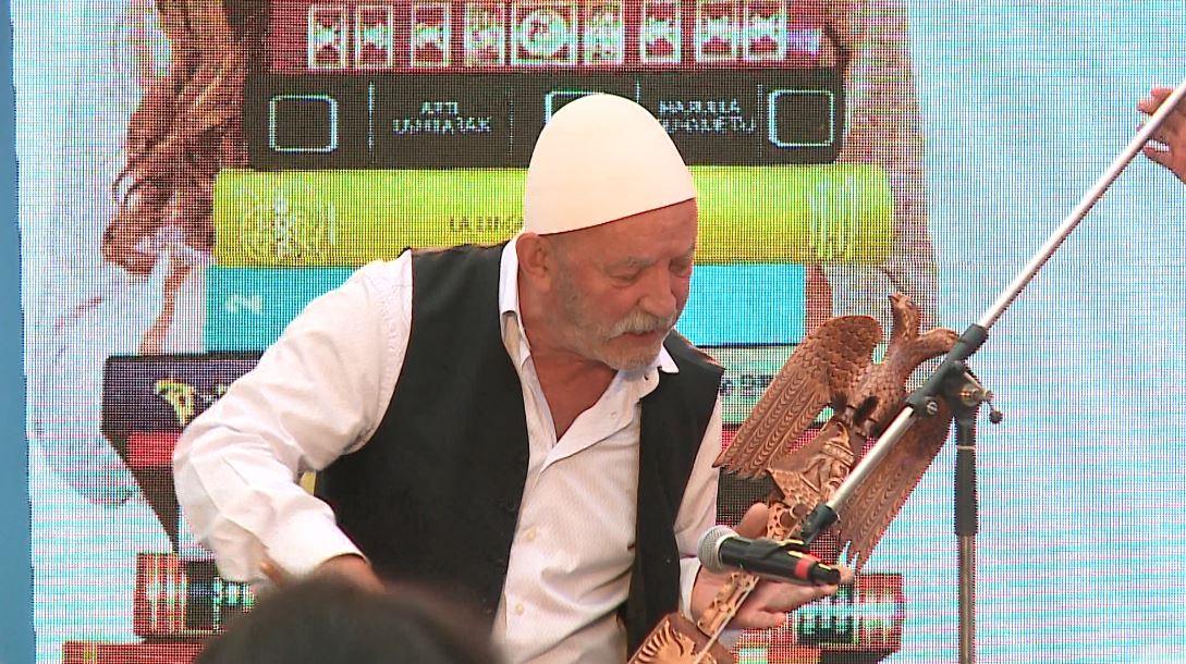 """Festivali """"Ditënetët e Librit"""", Çun Lajçi promovon """"Bekimi i Plisit të Moisiut"""""""