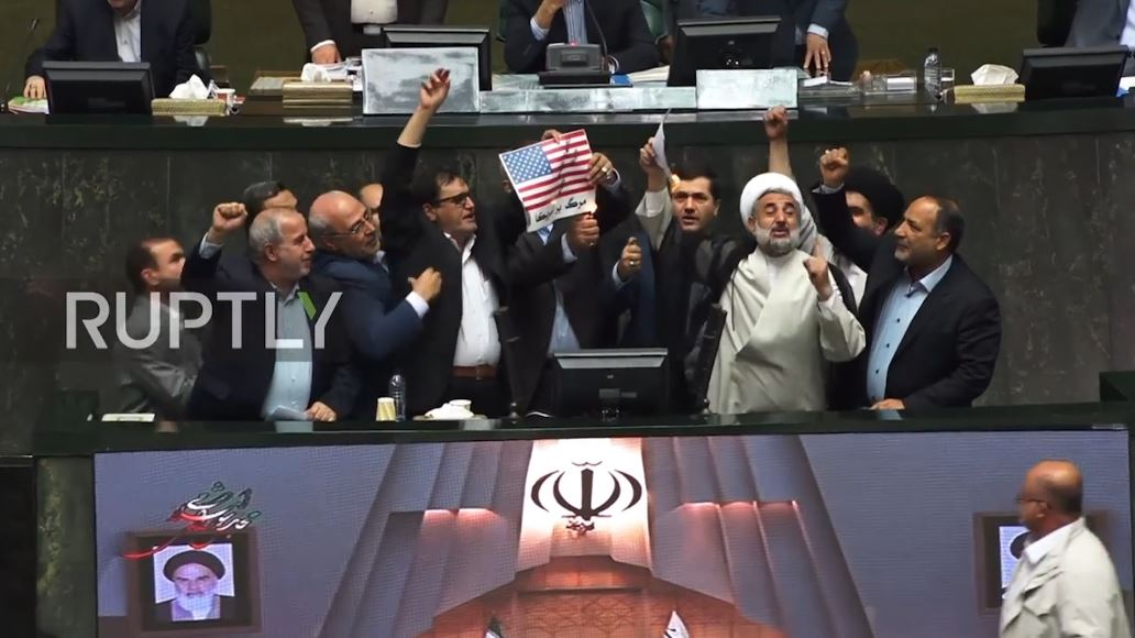 Tërheqja e SHBA-së, digjet në parlamentin iranian flamuri amerikan