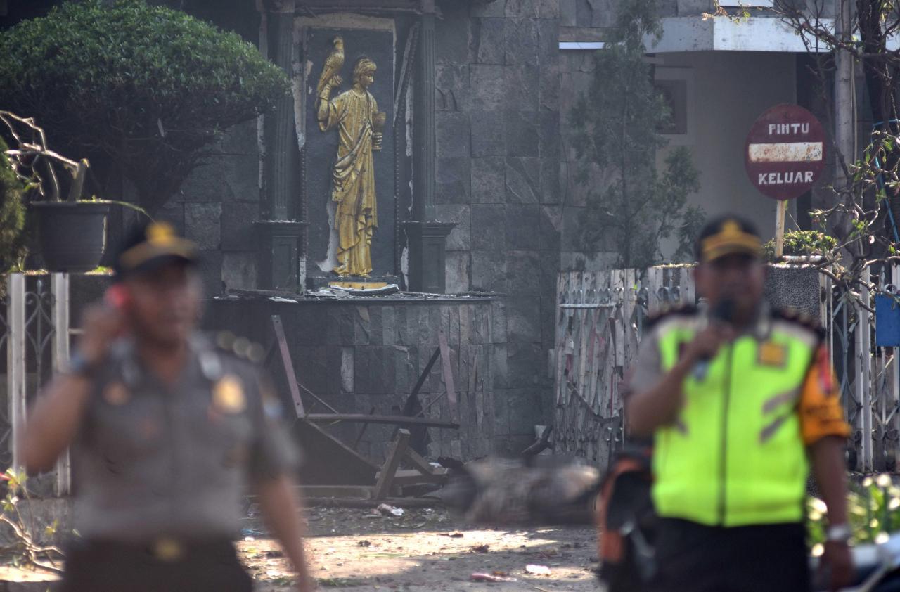 Indonezi, sulme kamikaze në disa kisha