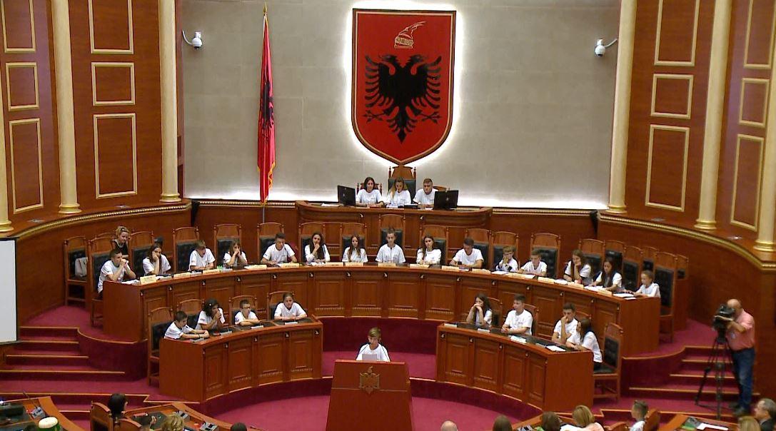 Dita e jetimëve, fëmijët zënë vendet e deputetëve në Kuvend