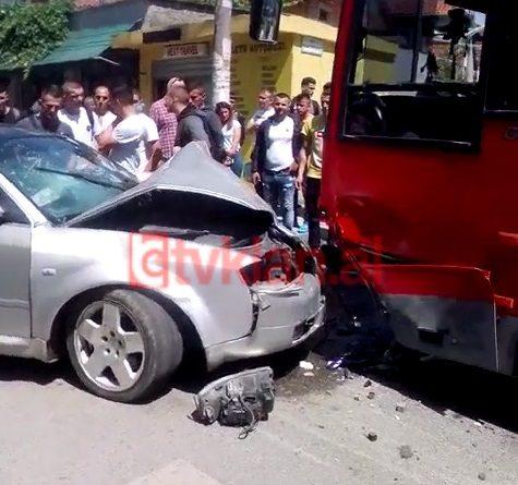 Video/ Makina përplaset me autobusin e Laprakës