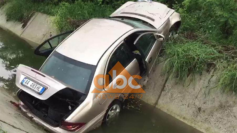 Video/ Makina përfundon në kanal, një i vdekur në Fier