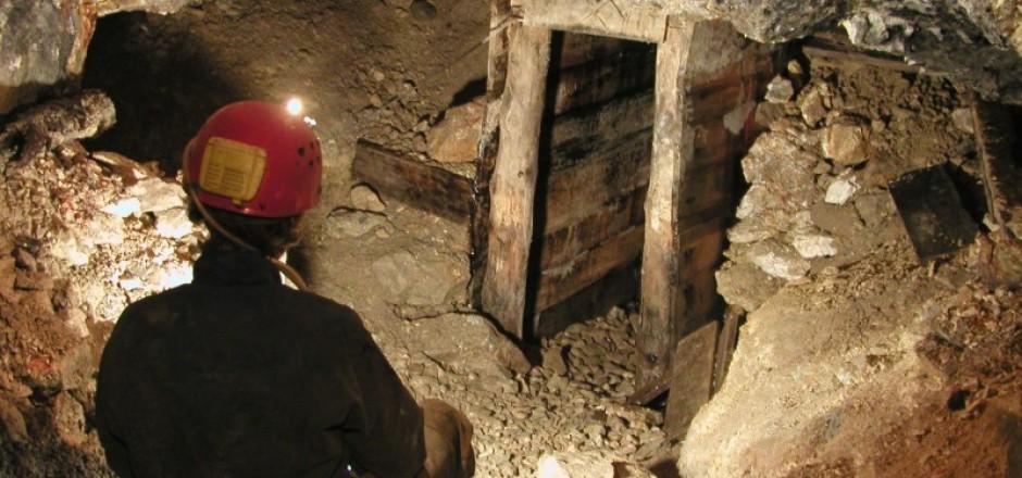 E zë masivi i gurëve në galeri, minatori në gjendje të rëndë
