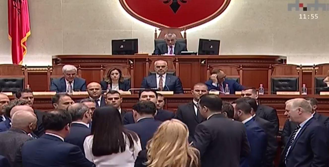 Opozita bllokon foltoren, ndërpritet seanca