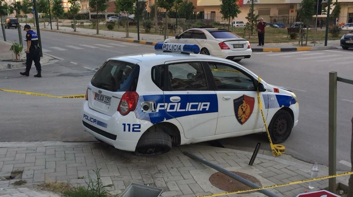 Italiani përplas makinën e policisë në Vlorë