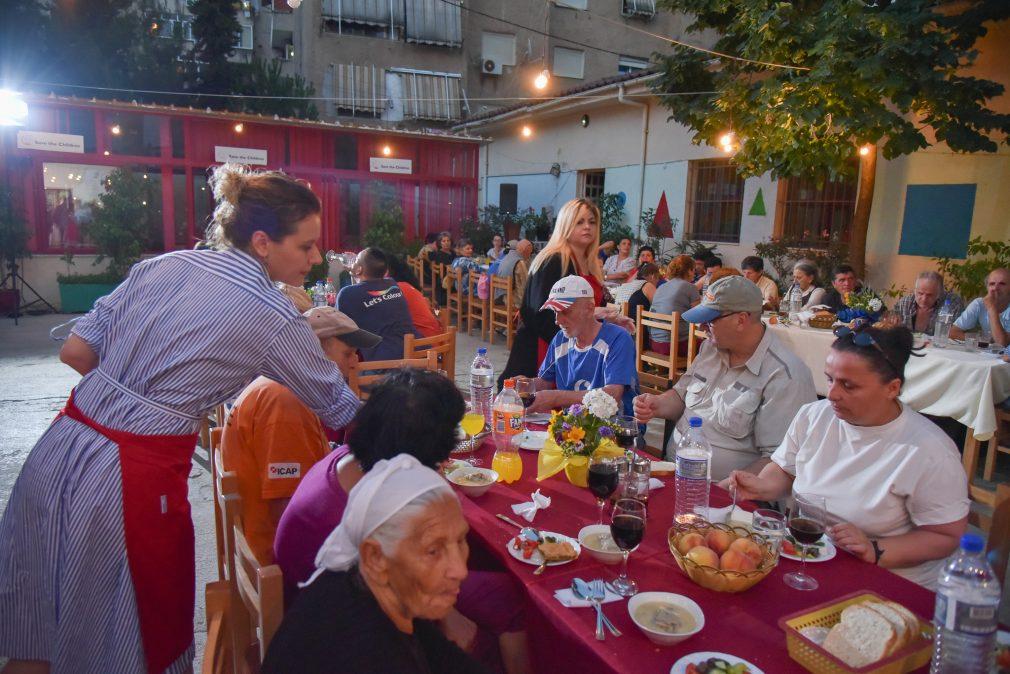 Tiranë, shërbehet iftar për njerëzit në nevojë