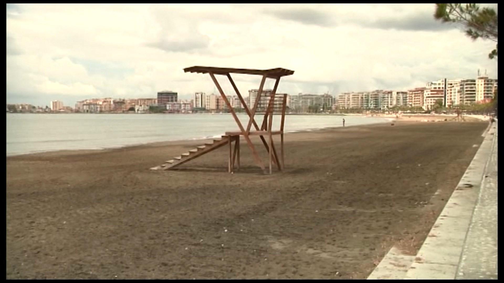 Moti i paqëndrueshëm largon pushuesit nga plazhi i Durrësit e Vlorës