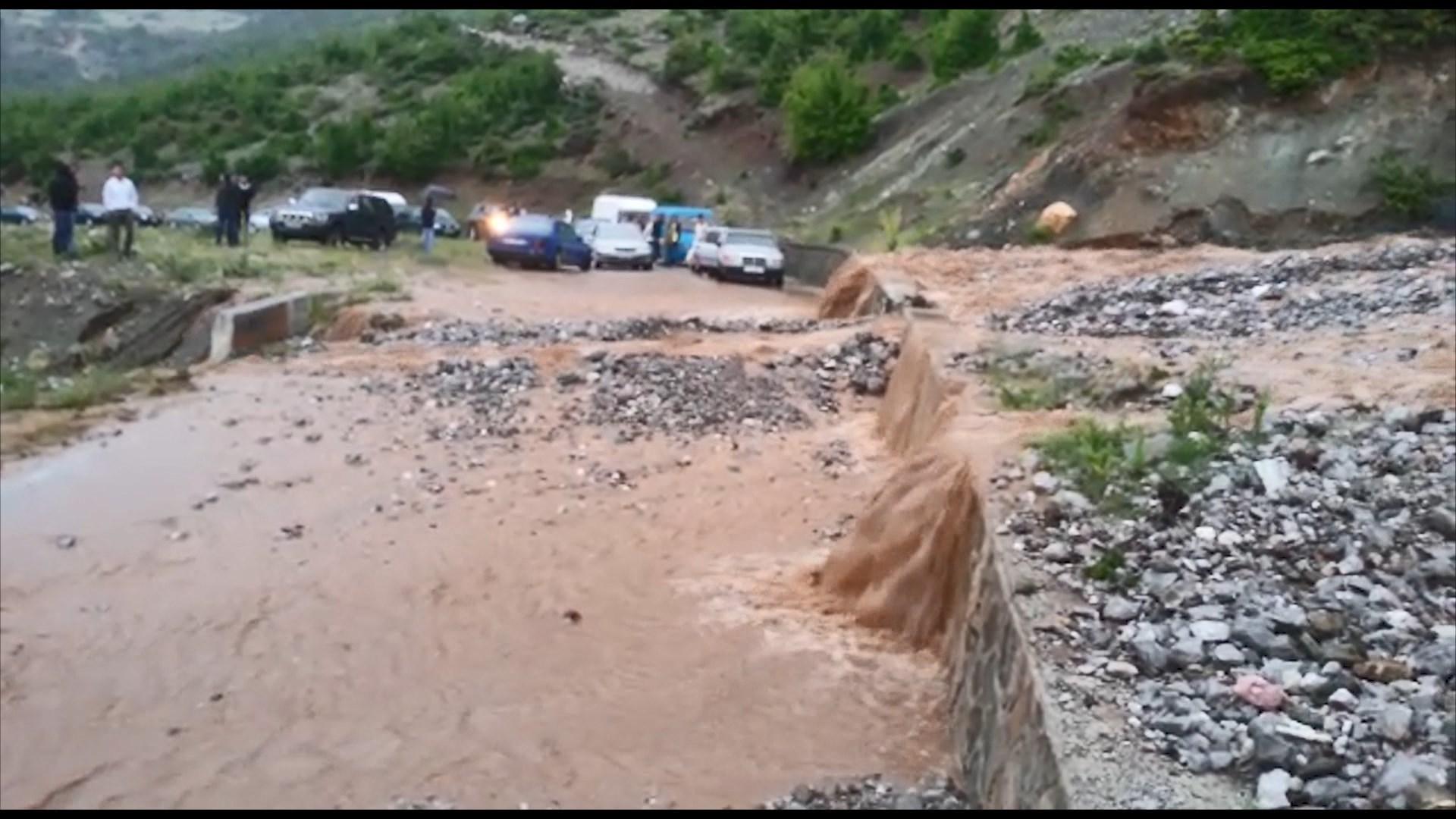 Rrëshqitjet e dheut nga reshjet, bllokohet aksi Kukës-Peshkopi