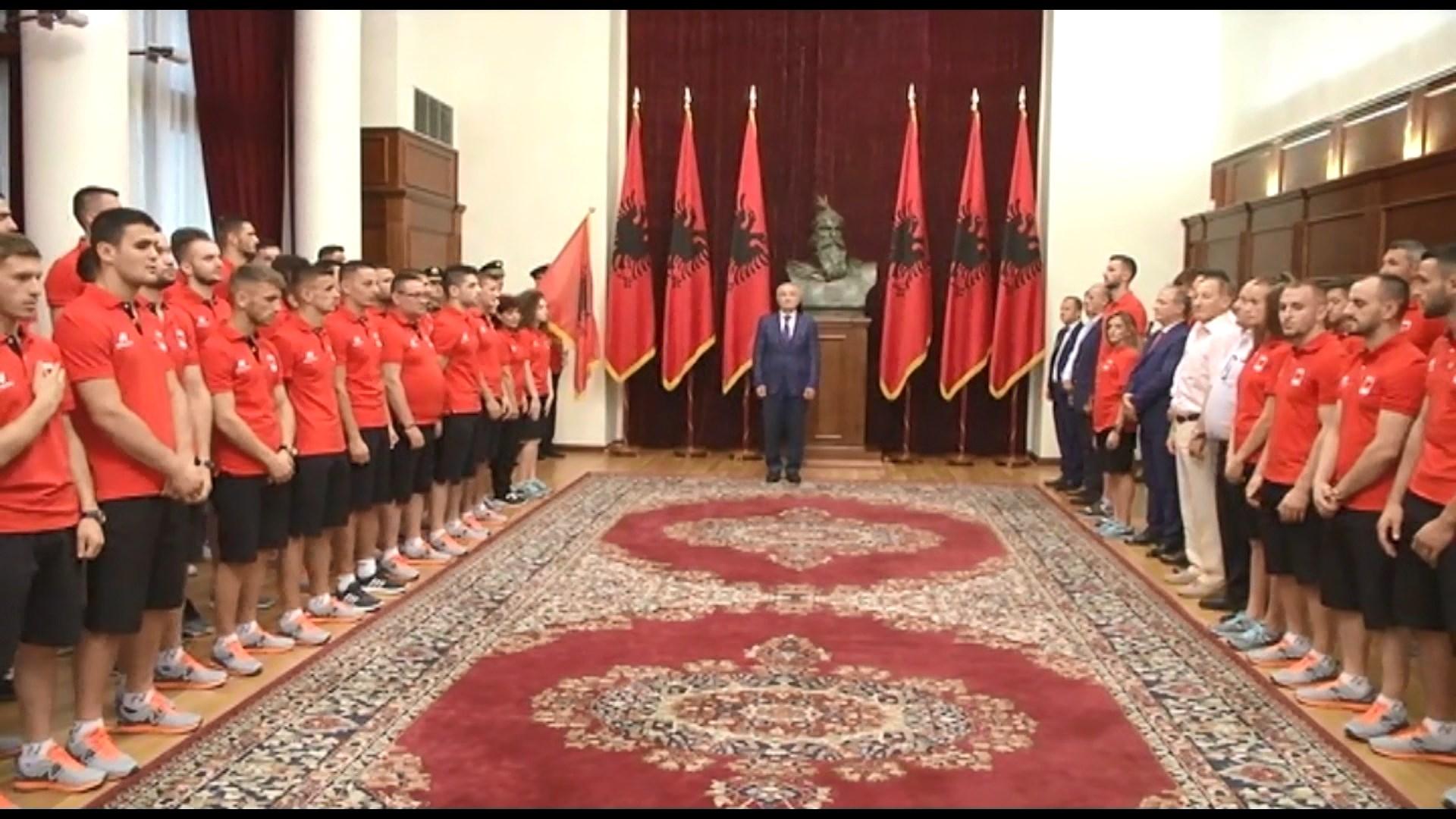 Meta i dorëzon flamurin sportistëve që do përfaqësojnë Shqipërinë në Tarragona 2018