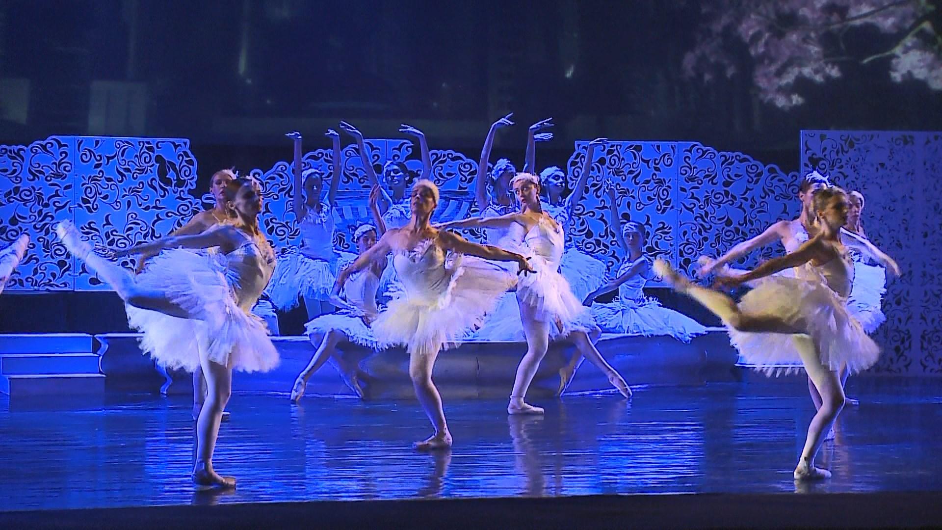 """Baleti """" Liqeni i Mjelmave"""" nderthurje mes primabalerinave e talenteve të reja"""