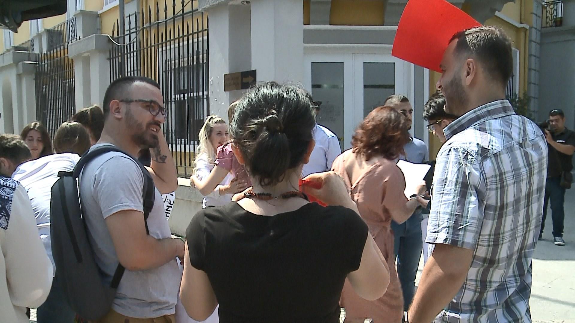 Studentë e gjimazistë protestë para Ministrisë së Arsimit për kartën rinore