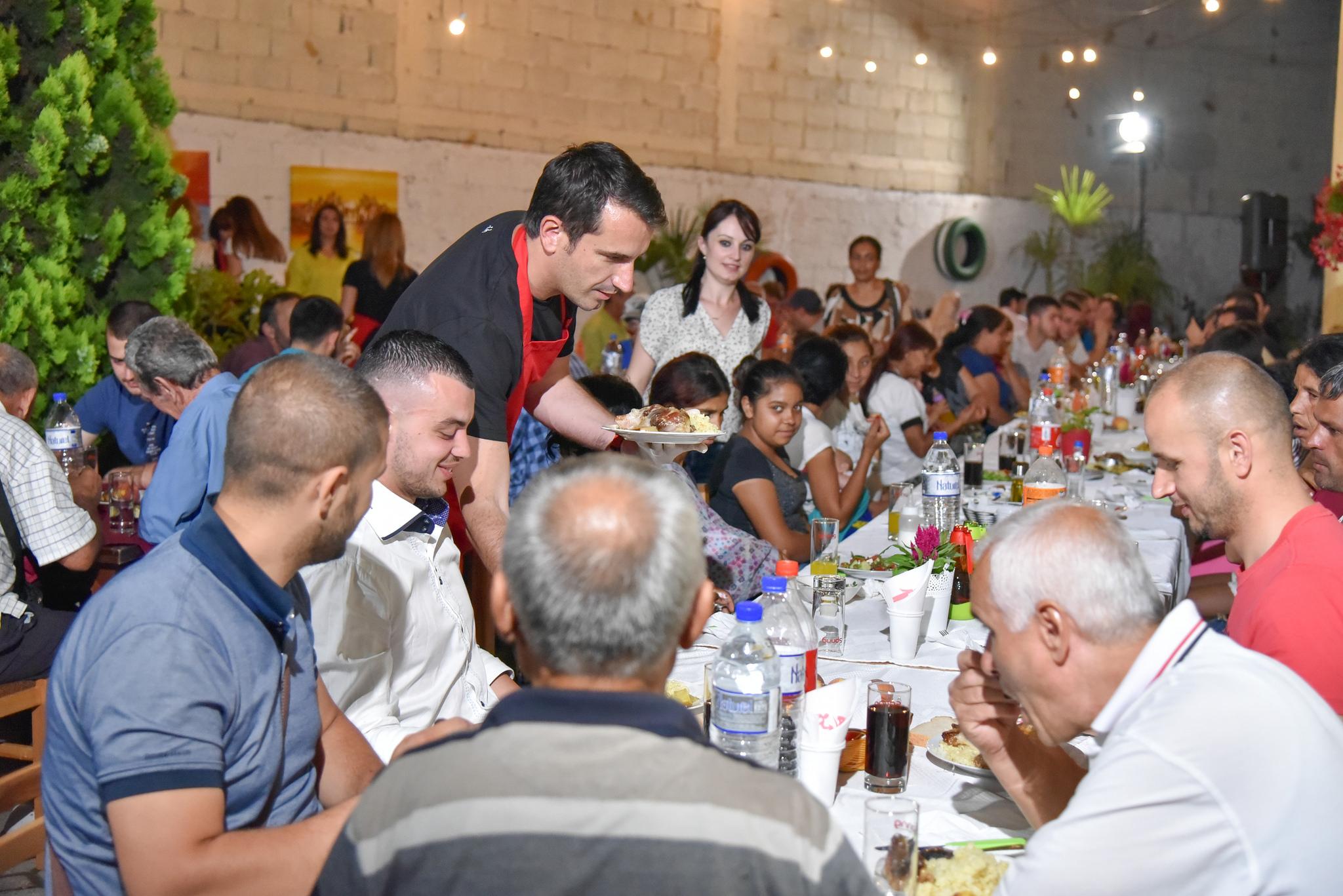 Bashkia e Tiranës shtron iftar për njerëzit në nevojë në Kombinat