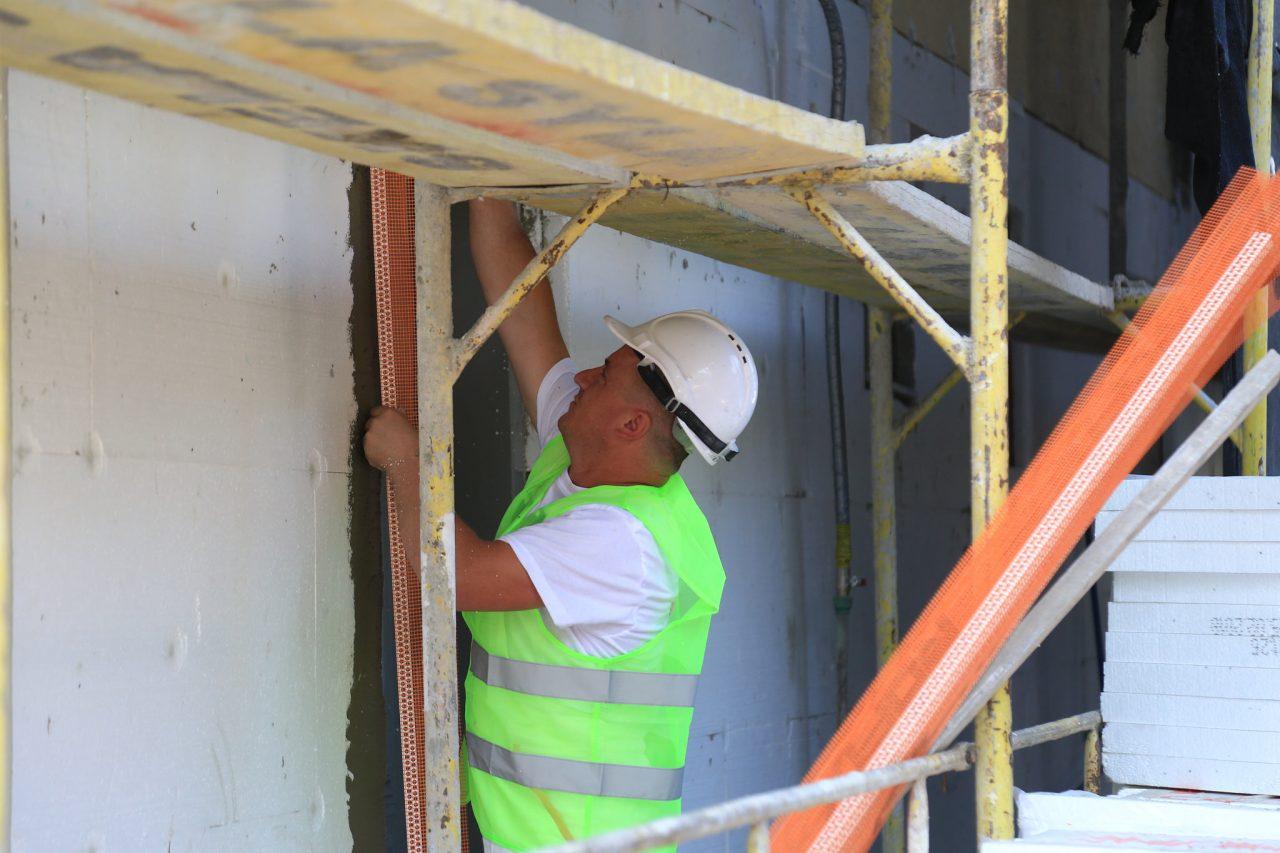 Veliaj-gjate-inspektimit-te-pallateve-qe-kane-perfituar-nga-Fondi-i-Komunitetit-4-1280x853.jpg