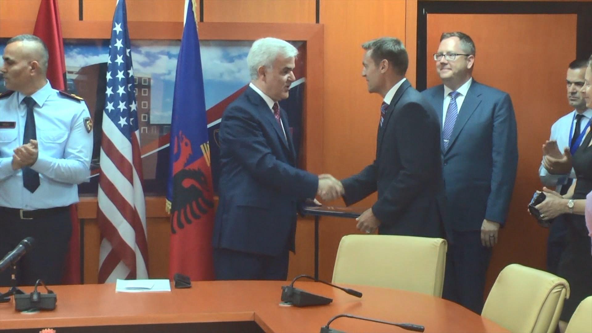 Xhafaj dekoron oficerin amerikan pas përfundimit të misionit në Shqipëri