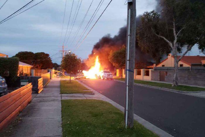 Avioni rrëzohet në mes të rrugës dhe shpërthen
