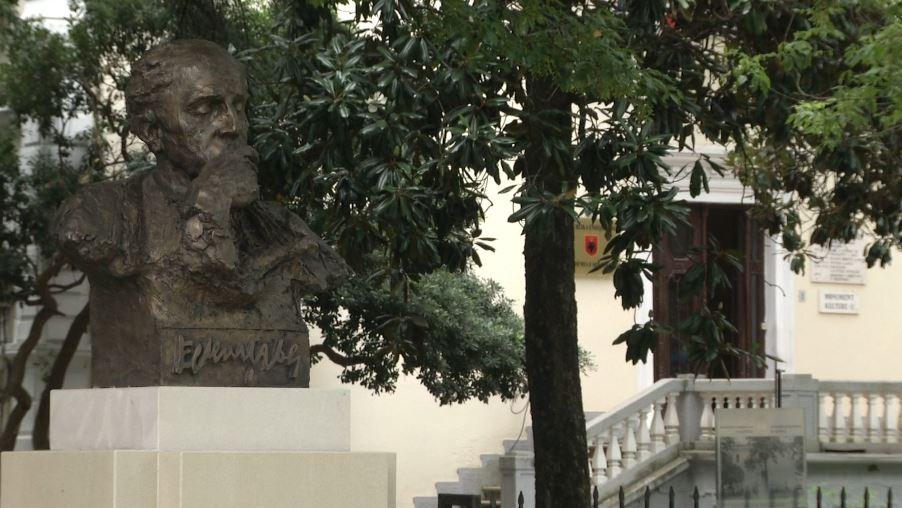 Busti i Eqerem Çabejt vendoset në oborrin e Akademisë së Shkencave