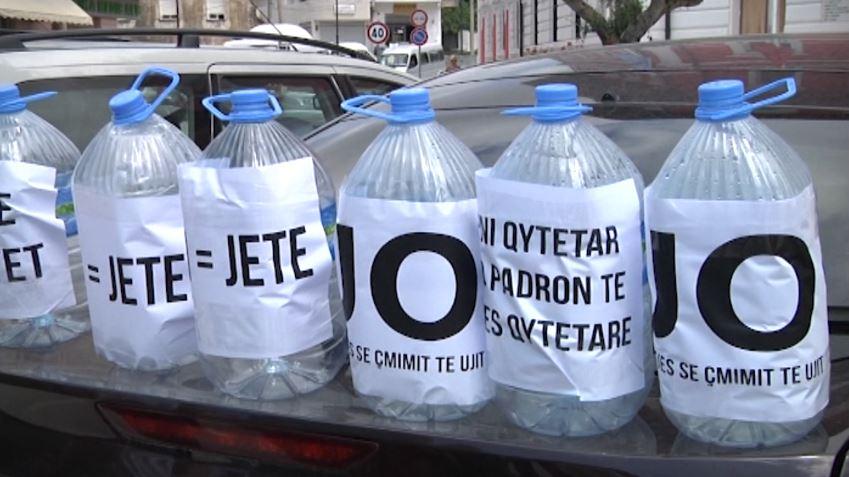 Këshilli rriti çmimin e ujit të pijshëm, protestë para Bashkisë së Vlorës