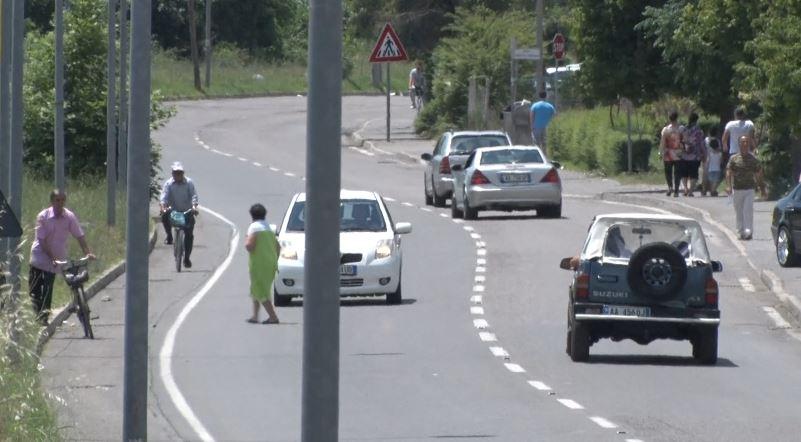 Fundjavë e frikshme në Elbasan, rrugët rrezikojnë qytetarët