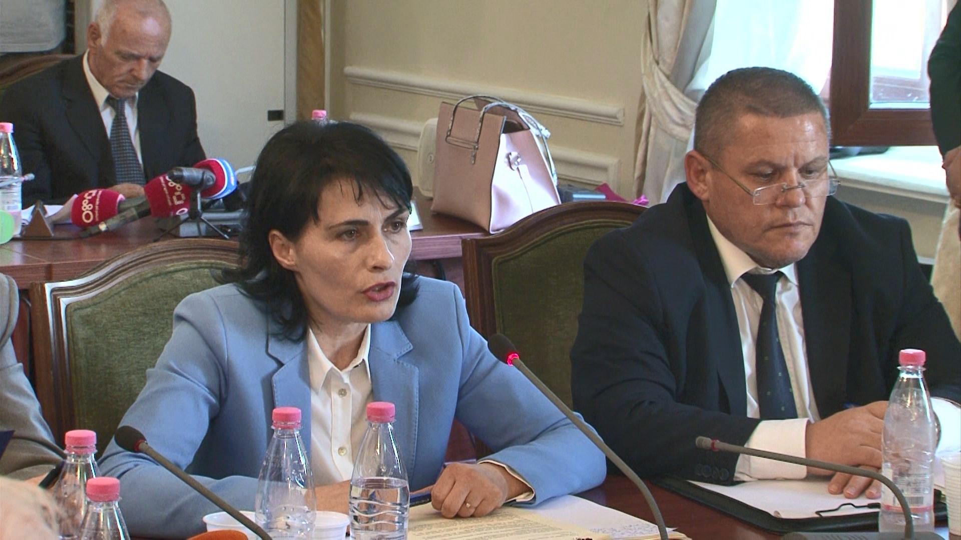 """Opozita përplaset me Arta Markun te """"ligjet""""/ Manja mbyll mbledhjen"""