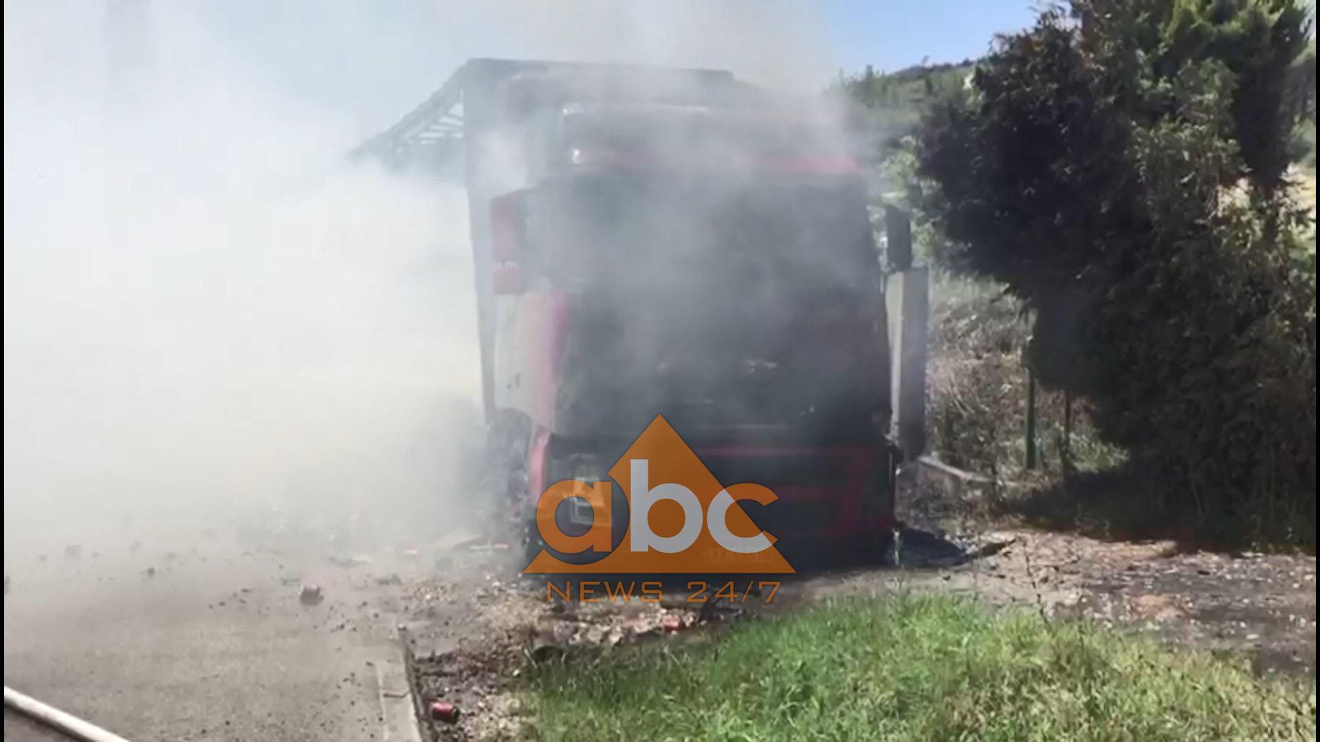 Video/ Shkrumbohet nga flakët kamioni në Fier, shpëton shoferi
