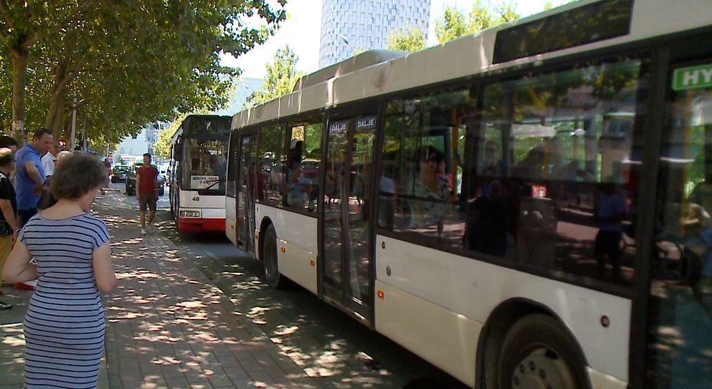 Kondicionerët, qytetarët në Tiranë ankohen për autobusët urbanë