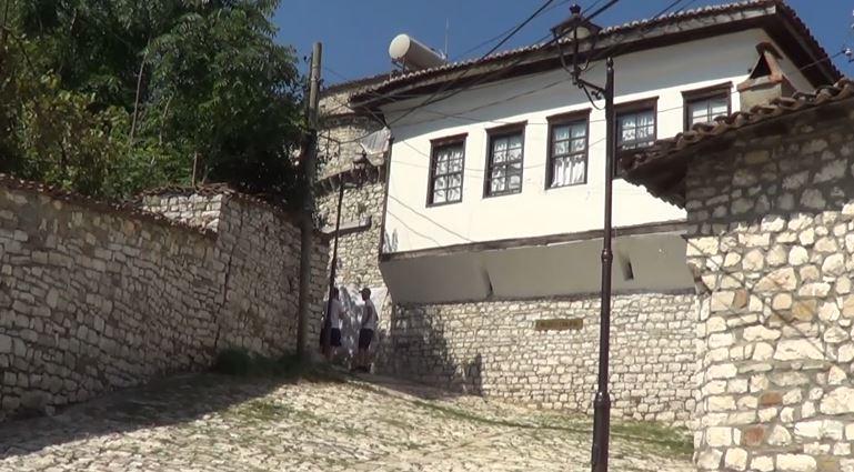 Turistët e huaj në Berat: Duam të shikojmë si jetojnë shqiptarët pas diktaturës