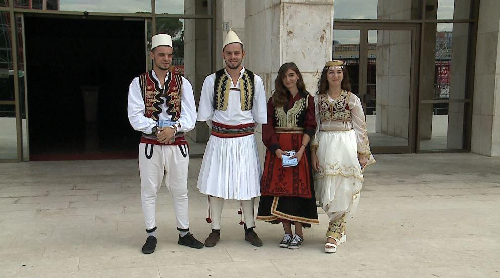 Ciceronët me kostume popullore rrëfejnë eksperiencën me turistët