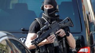 Sulm me thikë në Paris, dy të vrarë dhe një i plagosur