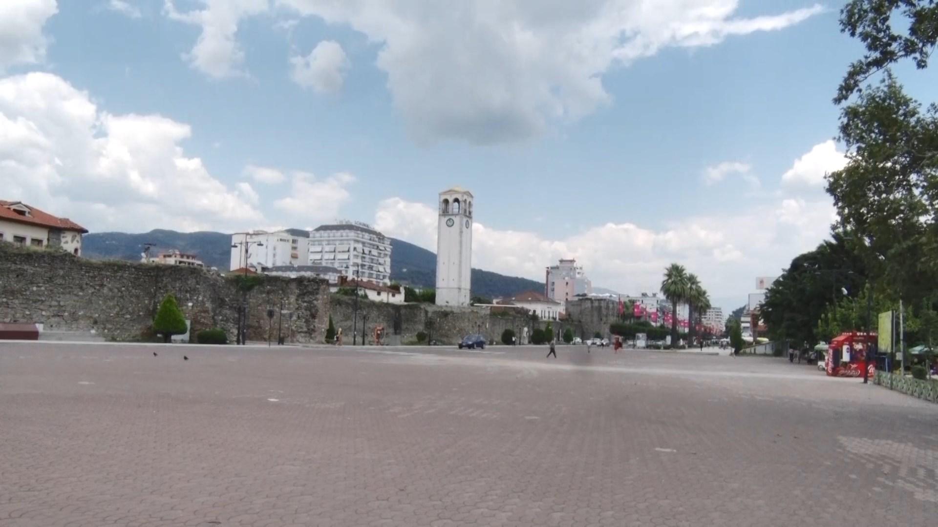 Temperaturat e larta boshatisin rrugët e Elbasanit