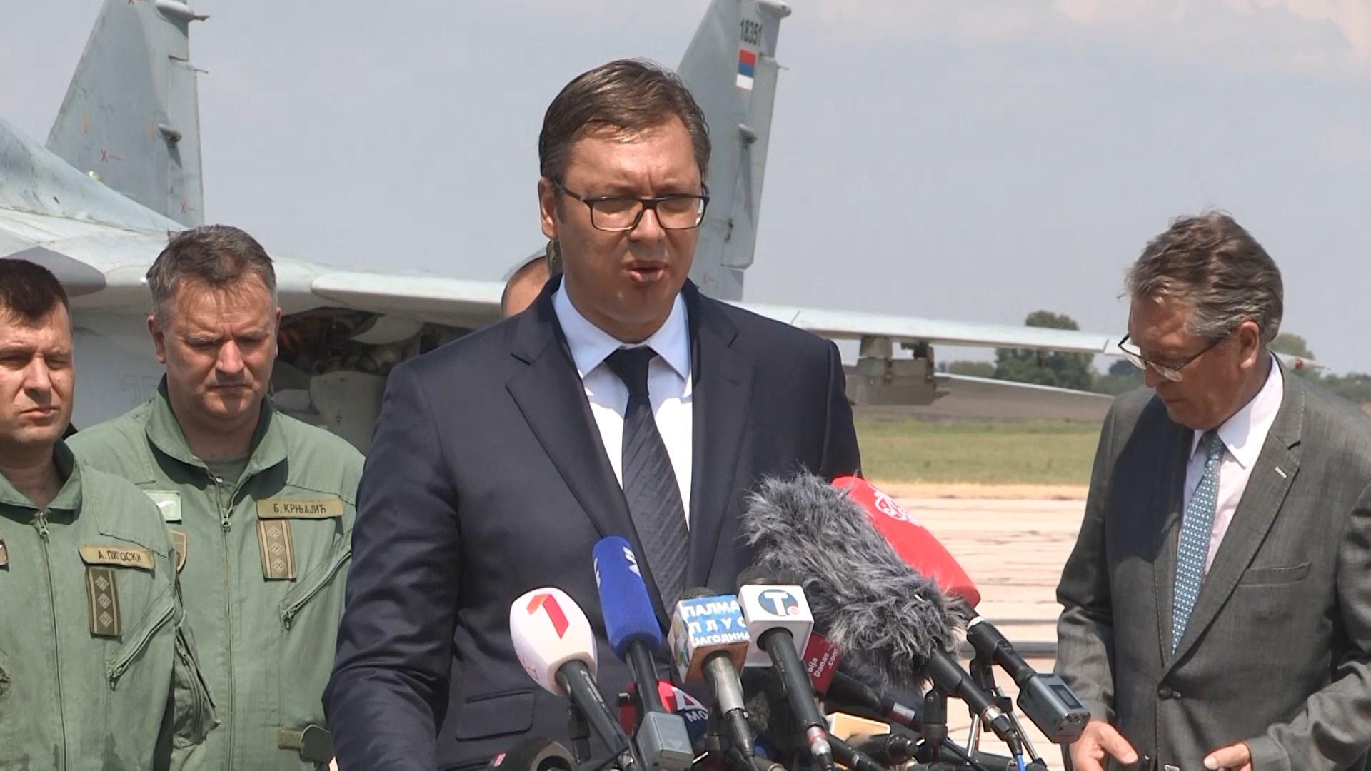 Avionët rus arrijnë në Serbi, Vuçiç: Uroj të mos përdoren kurrë