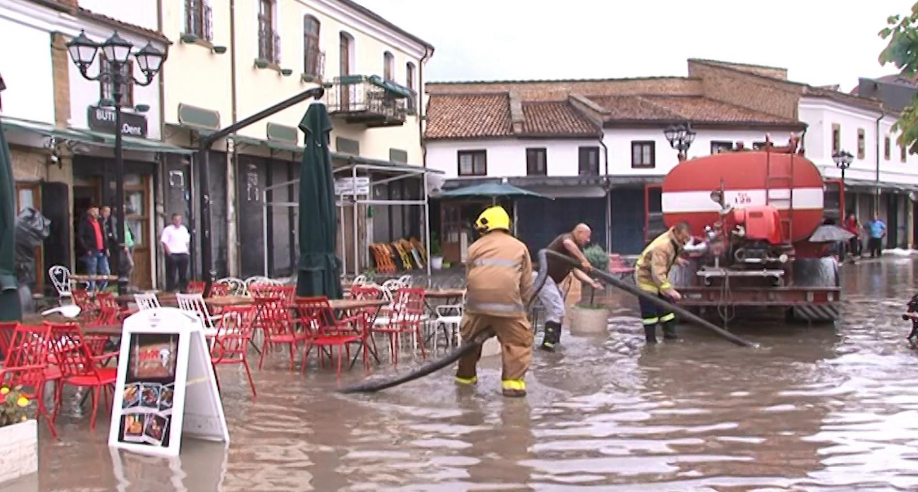 Reshje shiu në Korçë, përmbytet Pazari i Vjetër