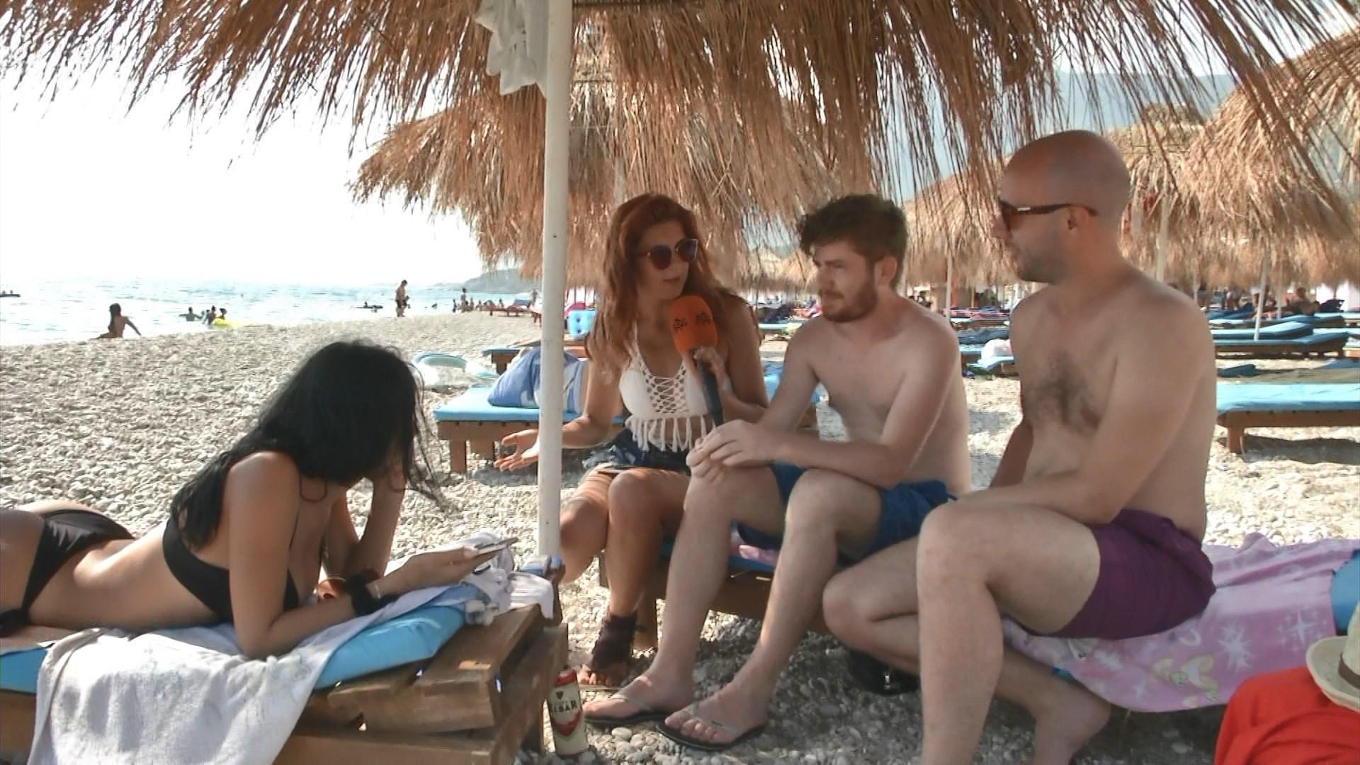 E vërteta: Pse vajzat veshin taka dhe pse depilohen meshkujt në plazh?
