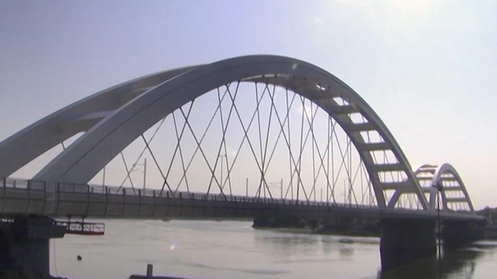 Rindërtohet ura e bombarduar/ Hahn në Serbi: Urat, simbol i lidhjes