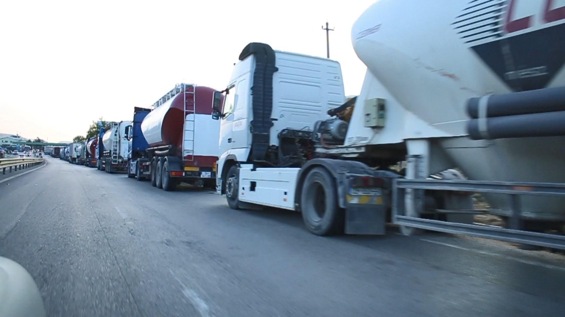 Kamionet e mallrave kalojnë natën në doganën e Morinës