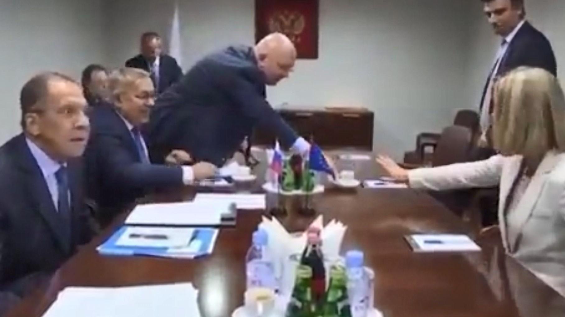 Mogherini refuzon filxhanin e çajit që i ofroi zyrtari rus