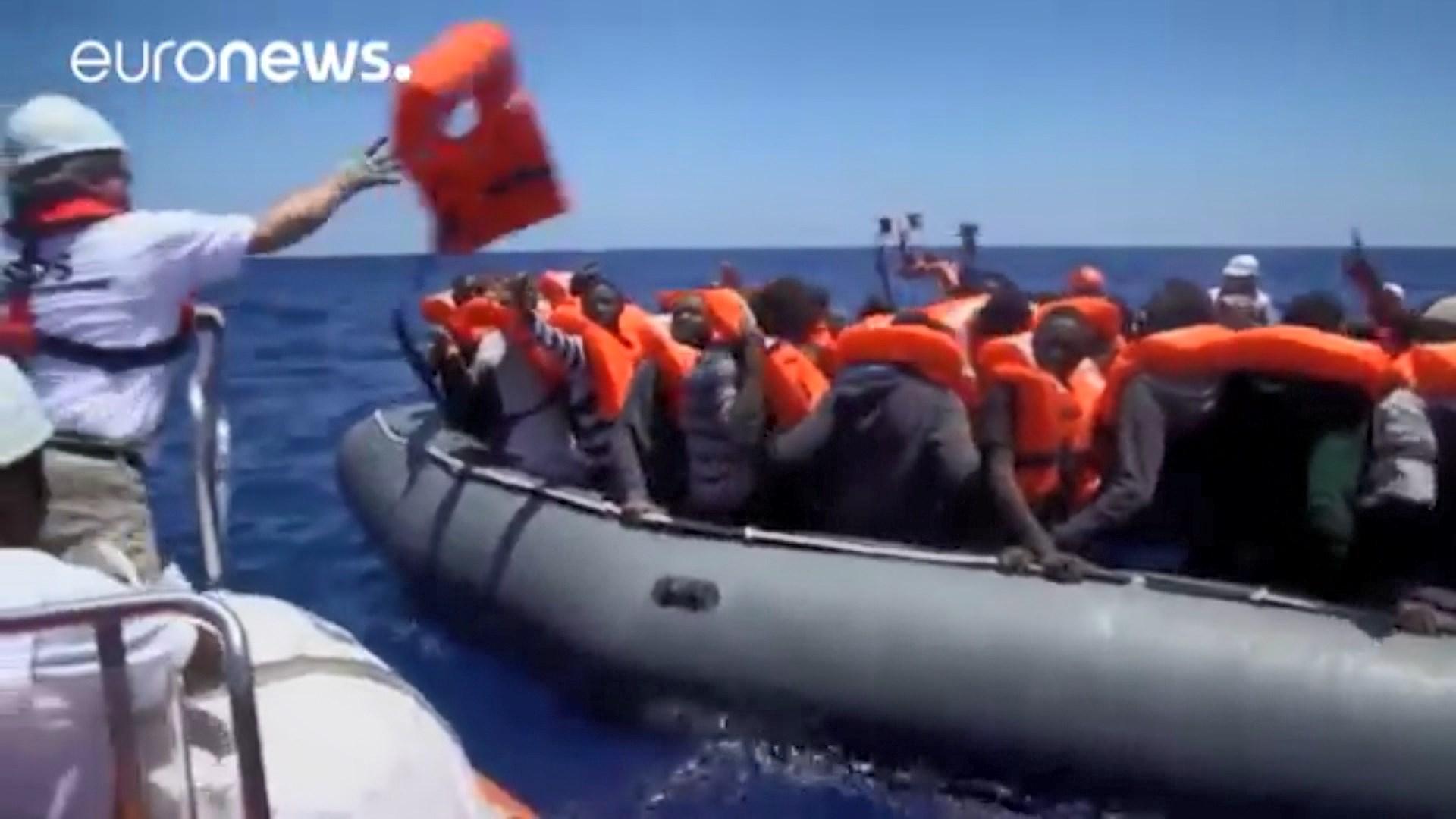 Tragjedi në Mesdhe: Përmbysen gomonet, mbi 100 emigrantë humbin jetën