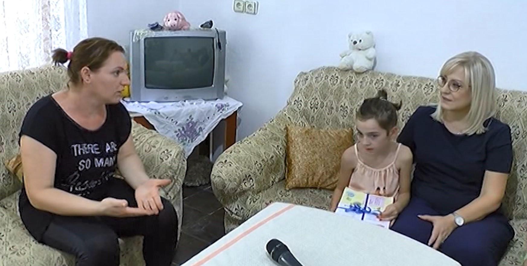 Nikolla shpërndan libra falas për fëmijët e familjeve në nevojë